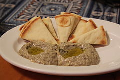 Baba_ganoush_and_pita